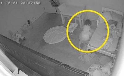Pewien ojciec opublikował nagranie twierdząc, że jego dziecko zostało wciągnięte pod łóżko