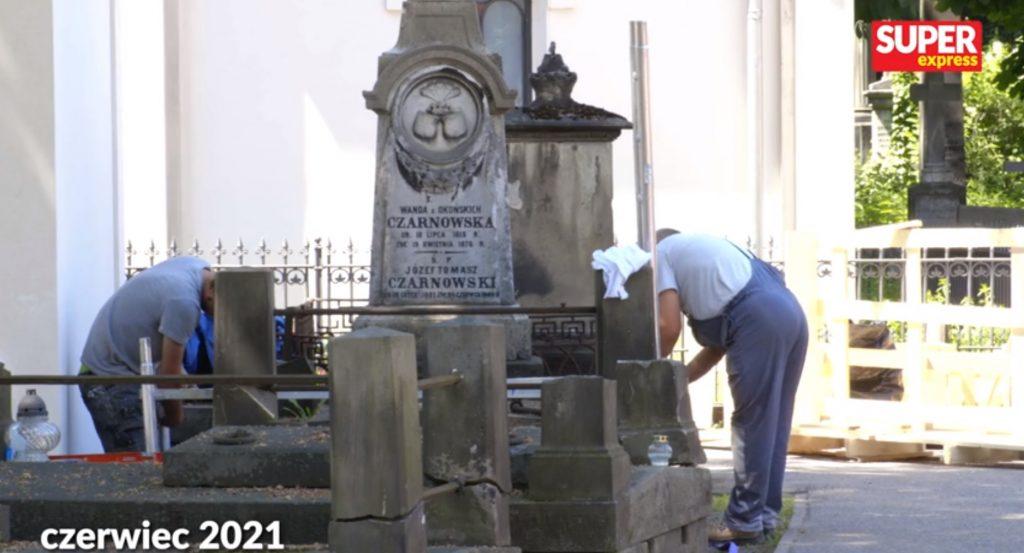 Grób Piotra Woźniaka-Staraka znajduje się obecnie na warszawskich Powązkach. Ruszyły prace nad grobowcem tragicznie zmarłego reżysera