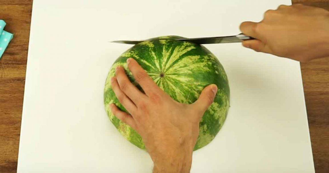 Największe problemy pojawiają się w momencie gdy trzeba go podać. Na tym filmie zobaczycie jak można pokroić arbuza, genialny patent.