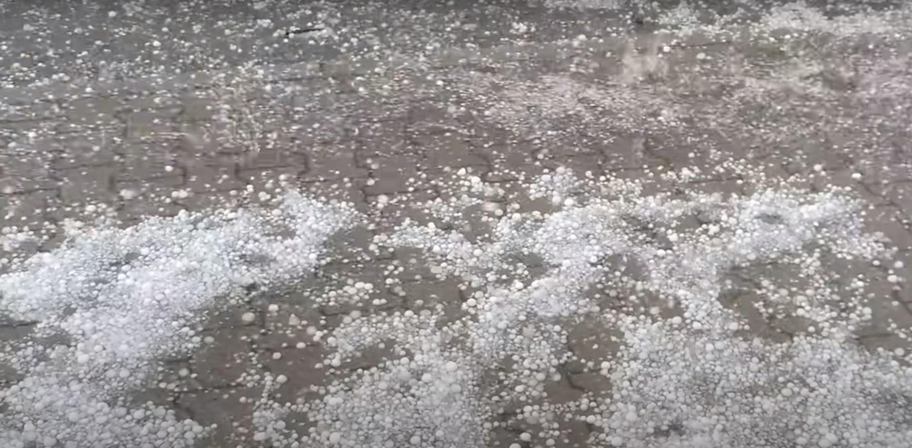 Burze z gradem przeszły już między innymi nad Jelenią Górą, umieszczono nagranie pokazujące potęgę żywiołu. IMGW ostrzega