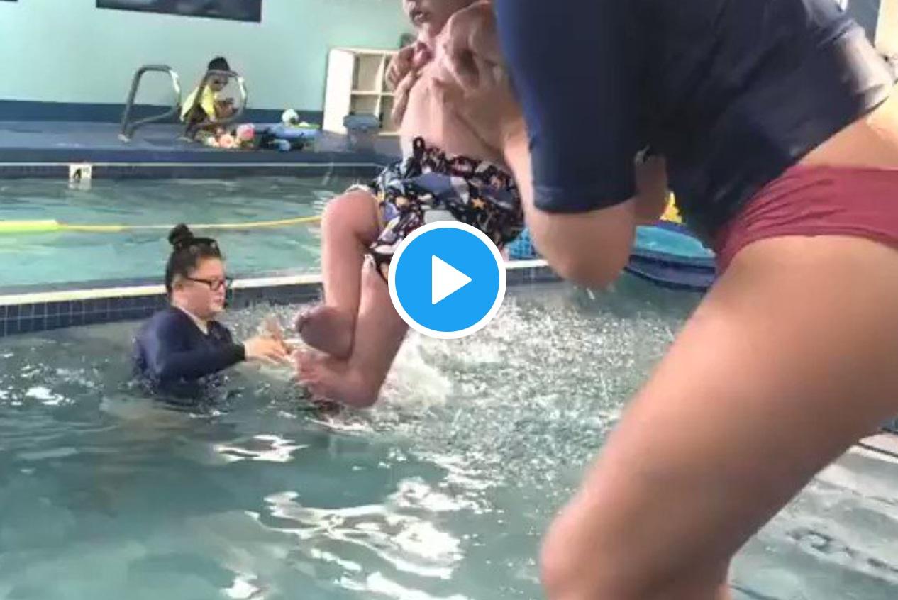 Krysta Meyer na Tik Toku opublikowała krótki film pokazujący jak wygląda nauka pływania dla jej 8-miesięcznego dziecka. Internauci oburzeni