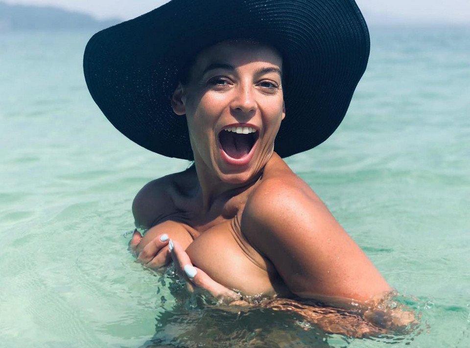 Anna Mucha dodała ostatnio zdjęcie, na którym w samych majtkach wije się na plaży. Internauci nie do końca byli zachwyceni taką fotografią.
