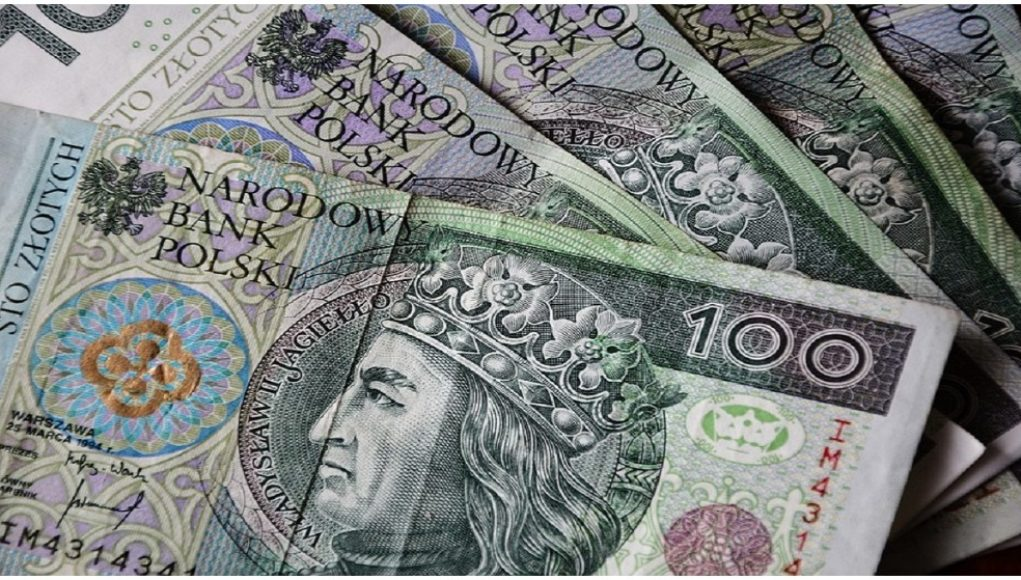 Do niecodziennej sytuacji doszło w Janowie Podlaskim. Mężczyzna szedł po parkingu i znalazł pik pieniędzy. Stała się rzecz niecodzienna, a o sprawie zrobiło się głośno.